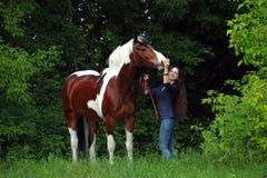 Ομορφιά cowgirl με το άλογο appaloosa Στοκ εικόνες με δικαίωμα ελεύθερης χρήσης