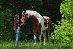 Ομορφιά cowgirl με το άλογο appaloosa Στοκ φωτογραφία με δικαίωμα ελεύθερης χρήσης