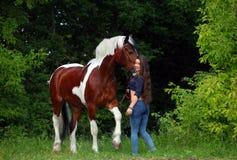Ομορφιά cowgirl με το άλογο appaloosa Στοκ Εικόνες