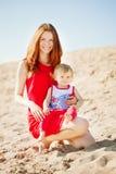 Ομορφιά Mom και μωρό υπαίθρια οικογενειακό ευτυχές & Στοκ φωτογραφία με δικαίωμα ελεύθερης χρήσης