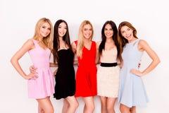 Ομορφιά Multiethnic, μόδα και έννοια γυναικών Πέντε χαριτωμένες κυρίες στοκ φωτογραφία