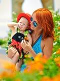 Ομορφιά Mum και το παιδί της που παίζει σε υπαίθριο από κοινού Στοκ Φωτογραφία