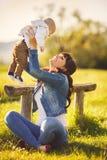 Ομορφιά Mum και το παιδί της που παίζει στο πάρκο Στοκ εικόνα με δικαίωμα ελεύθερης χρήσης