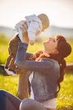 Ομορφιά Mum και το παιδί της που παίζει στο πάρκο Στοκ φωτογραφία με δικαίωμα ελεύθερης χρήσης