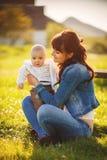 Ομορφιά Mum και το παιδί της που παίζει στο πάρκο Στοκ Εικόνες