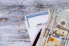 Ομοσπονδιακοί φόροι αρχειοθέτησης για ένα νόμισμα φορολογικής μορφής επιστροφής ποσού και ξύλινος Στοκ Εικόνες