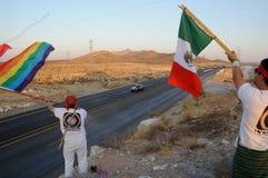 Ομοφυλοφιλικές και μεξικάνικες σημαίες με την περίπολο αστυνομίας στοκ φωτογραφίες με δικαίωμα ελεύθερης χρήσης