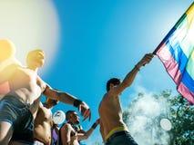 Ομοφυλοφιλικοί χορεύοντας LGBT υπερηφάνειας άνθρωποι ατόμων στο φορτηγό με τη σημαία ουράνιων τόξων Στοκ εικόνα με δικαίωμα ελεύθερης χρήσης