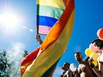 Ομοφυλοφιλικοί χορεύοντας LGBT υπερηφάνειας άνθρωποι ατόμων στο φορτηγό με τη σημαία ουράνιων τόξων Στοκ εικόνες με δικαίωμα ελεύθερης χρήσης