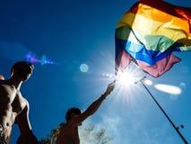Ομοφυλοφιλικοί χορεύοντας LGBT υπερηφάνειας άνθρωποι ατόμων στο φορτηγό με τη σημαία ουράνιων τόξων Στοκ φωτογραφίες με δικαίωμα ελεύθερης χρήσης