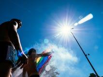 Ομοφυλοφιλικοί χορεύοντας LGBT υπερηφάνειας άνθρωποι ατόμων στο φορτηγό με τη σημαία ουράνιων τόξων Στοκ Εικόνες