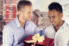 Ομοφυλοφιλικό ζεύγος δύο ατόμων που ανταλλάσσει ένα παρόν Στοκ Φωτογραφίες