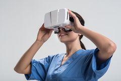 Ομοφυλοφιλικό θηλυκό να συναρπάσει γιατρών με τον εικονικό κόσμο Στοκ Φωτογραφίες