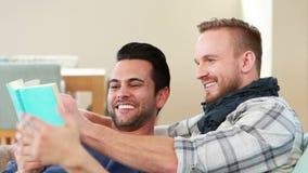 Ομοφυλοφιλικά άτομα ζευγών που διαβάζουν ένα βιβλίο από κοινού απόθεμα βίντεο