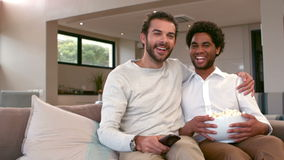 Ομοφυλοφιλικά άτομα ζευγών που τρώνε popcorn από κοινού απόθεμα βίντεο