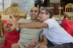 Ομοφυλοφιλικό ζεύγος που παίρνει ένα selfie Στοκ εικόνα με δικαίωμα ελεύθερης χρήσης