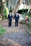 Ομοφυλοφιλικό ζεύγος - που περπατά μέσω της ζωής από κοινού στοκ εικόνες