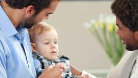 Ομοφυλοφιλικό χαμογελώντας ζεύγος με το παιδί τους απόθεμα βίντεο