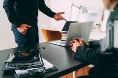 ομο εργαζόμενη συνεδρίαση, επιχειρηματίας δύο που χρησιμοποιεί την κάσκα VOIP με το latop Στοκ φωτογραφίες με δικαίωμα ελεύθερης χρήσης