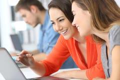 Ομο-εργασία υπαλλήλων σε απευθείας σύνδεση στο γραφείο στοκ εικόνα