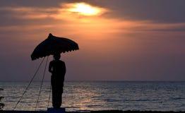 Ομπρέλα εκμετάλλευσης για το χρυσό ντους στοκ φωτογραφίες