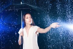 ομπρέλα κάτω από τις νεολαίες γυναικών Προστασία από τη βροχή Στοκ Φωτογραφία