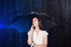 ομπρέλα κάτω από τις νεολαίες γυναικών Προστασία από τη βροχή Στοκ Φωτογραφίες