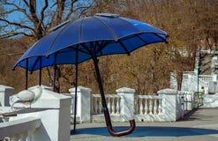 Ομπρέλα με τα ηλιακά πλαίσια για τη χρέωση των συσκευών Kamianets Podil στοκ φωτογραφία με δικαίωμα ελεύθερης χρήσης
