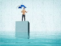 Ομπρέλα νεαρών άνδρων ανοικτή στοκ φωτογραφία με δικαίωμα ελεύθερης χρήσης