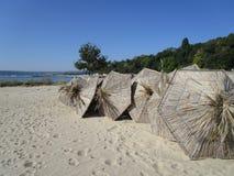 Ομπρέλες αχύρου θαλασσίως Στοκ φωτογραφία με δικαίωμα ελεύθερης χρήσης