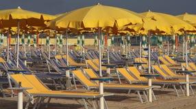 Ομπρέλες και sunbeds Στοκ Εικόνες