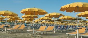 Ομπρέλες και sunbeds Στοκ φωτογραφία με δικαίωμα ελεύθερης χρήσης
