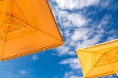 Ομπρέλες παραλιών σε ένα μπλε νεφελώδες υπόβαθρο ουρανού, κατώτατη άποψη Στοκ εικόνες με δικαίωμα ελεύθερης χρήσης