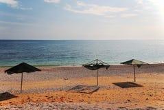 Ομπρέλες παραλιών σε μια εγκαταλειμμένη παραλία Στοκ Φωτογραφία
