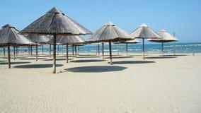 Ομπρέλες παραλιών σε μια κενή παραλία Στοκ εικόνες με δικαίωμα ελεύθερης χρήσης