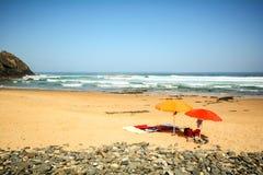 Ομπρέλες παραλιών στην άμμο στο DOS Homens παραλιών Praia do Vale κοντά σε Aljezur, Αλγκάρβε Στοκ φωτογραφία με δικαίωμα ελεύθερης χρήσης