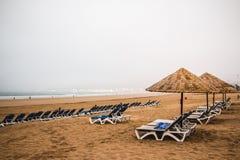 Ομπρέλες παραλιών στην αμμώδη παραλία Στοκ Εικόνες