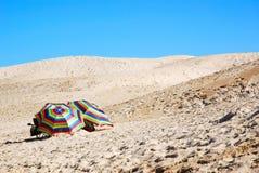 Ομπρέλες παραλιών στους αμμόλοφους άμμου Στοκ εικόνα με δικαίωμα ελεύθερης χρήσης