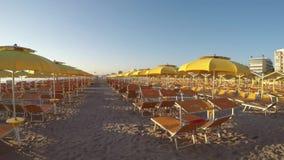 Ομπρέλες παραλιών, gazebos και κρεβάτια ήλιων στις ιταλικές αμμώδεις παραλίες Αδριατική περιοχή της Αιμιλίας-Ρωμανίας ακτών απόθεμα βίντεο