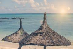 Ομπρέλες προστασίας ήλιων, παραλία, θάλασσα Μαυρίκιος Αναδρομική επίδραση Στοκ Εικόνες