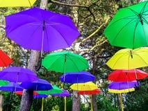 Ομπρέλες των διαφορετικών χρωμάτων επάνω από το έδαφος, ιριδίζουσες ομπρέλες στοκ εικόνα με δικαίωμα ελεύθερης χρήσης