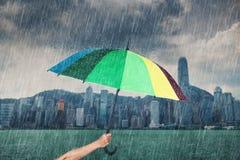 Ομπρέλα εκμετάλλευσης χεριών με την πέφτοντας βροχή στο λιμάνι Βικτώριας, Hon Στοκ Εικόνες