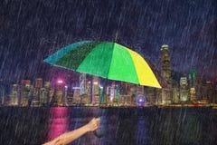Ομπρέλα εκμετάλλευσης χεριών με την πέφτοντας βροχή στο λιμάνι Βικτώριας, Hon Στοκ φωτογραφίες με δικαίωμα ελεύθερης χρήσης