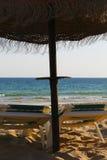 Ομπρέλα θαλάσσης και ήλιος-κρεβάτι στοκ φωτογραφία με δικαίωμα ελεύθερης χρήσης