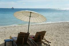 Ομπρέλα θαλάσσης και καρέκλα στην παραλία Στοκ φωτογραφίες με δικαίωμα ελεύθερης χρήσης