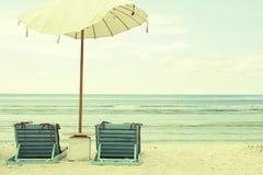 Ομπρέλα και έδρες παραλιών - εκλεκτής ποιότητας κάρτα Στοκ Εικόνες
