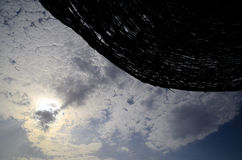 Ομπρέλα και όμορφα σύννεφα στον ουρανό Στοκ εικόνα με δικαίωμα ελεύθερης χρήσης