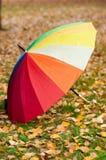 Ομπρέλα ουράνιων τόξων στο έδαφος Στοκ Φωτογραφίες