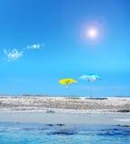 Ομπρέλα παραλιών κάτω από έναν λάμποντας ήλιο Στοκ εικόνα με δικαίωμα ελεύθερης χρήσης