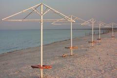 Ομπρέλα παραλιών στην αμμώδη παραλία ουρανός Υπόβαθρο στοκ εικόνες